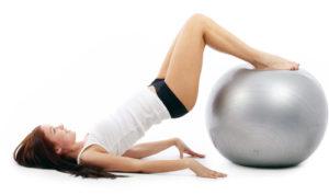 esercizi fitball gambe
